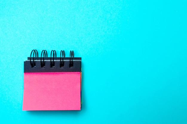 Klebrige aufkleber für notizen auf blauem grund. zeitmanagement, kreative neue idee. böse mich