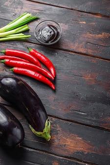 Klebrige teriyaki-auberginen-zutaten, seitenansicht.