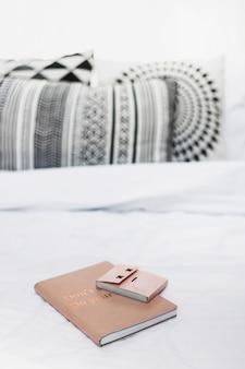 Klebriger notizblock auf buch über dem weißen bett