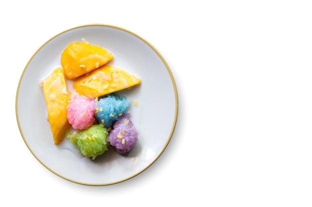 Klebriger reis der mango lokalisiert auf weiß mit draufsicht.