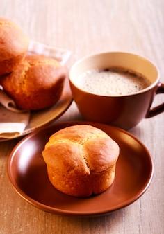 Kleeblattkleie brötchen und eine tasse kaffee