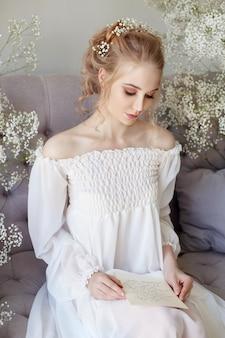 Kleid des weißen lichtes des mädchens und gelocktes haar, porträt