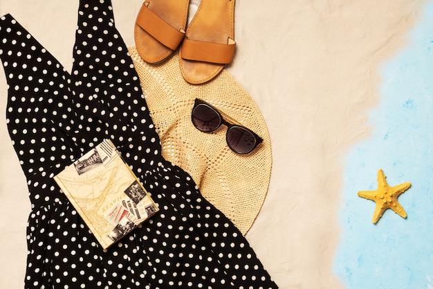 Kleid, strohhut, ledersandalen und sonnenbrille