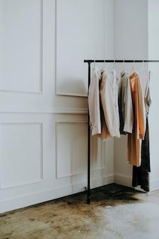 Kleider auf einem kleiderbügel in einer boutique