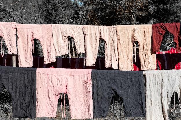 Kleider, folk-hosen, die auf den schienen trocknen