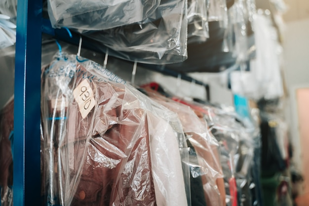 Kleider hängen an kleiderbügeln in einer chemischen reinigung