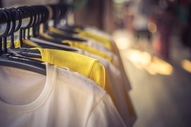 Kleider hängen auf einem regal in einem kleiderladen