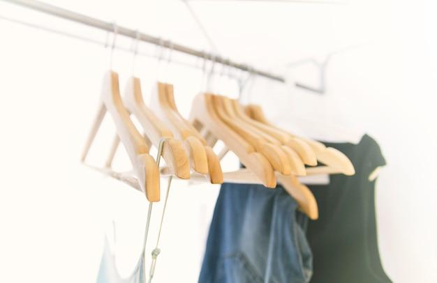 Kleiderbügel für dinge auf einem kleiderbügel