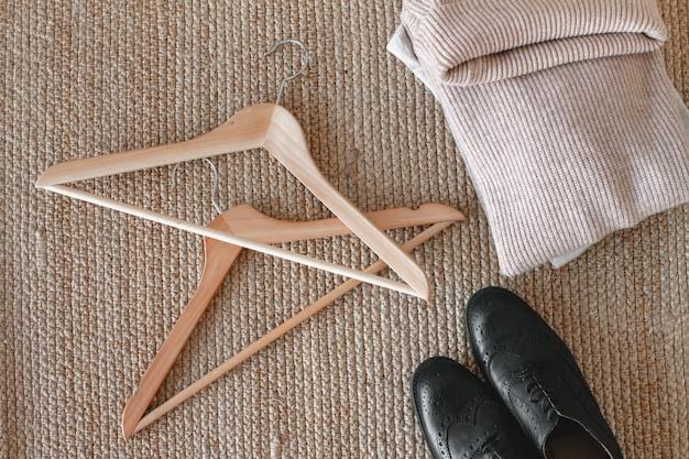 Kleiderbügel mit kleidung und schuhen. aufbewahrung und bestellung im schrank