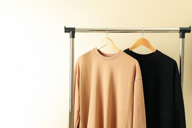 Kleiderbügel mit stylischen sweatshirts