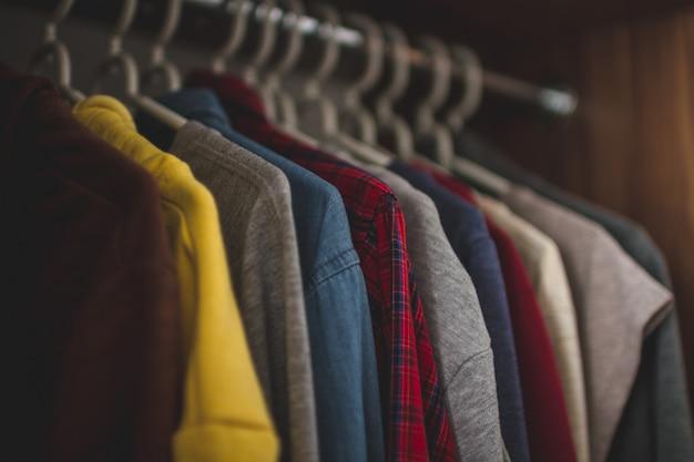 Kleiderbügel mit unterschiedlicher freizeitkleidung im hauptgarderobenschrank