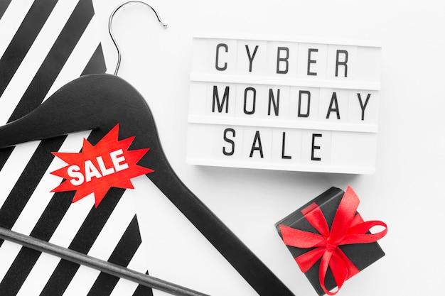 Kleiderbügel und geschenk cyber montag verkaufskonzept