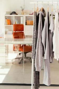 Kleiderladen mit kleiderständer