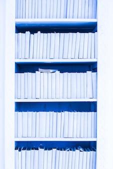 Kleiderschrank mit blauen büchern. dekorelement. textur, hintergrund. wand. literatur, bibliothek.