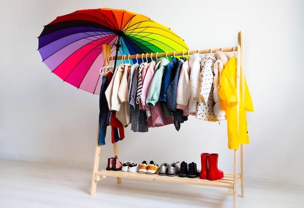 Kleiderschrank mit herbstkleidung auf kleiderbügeln angeordnet