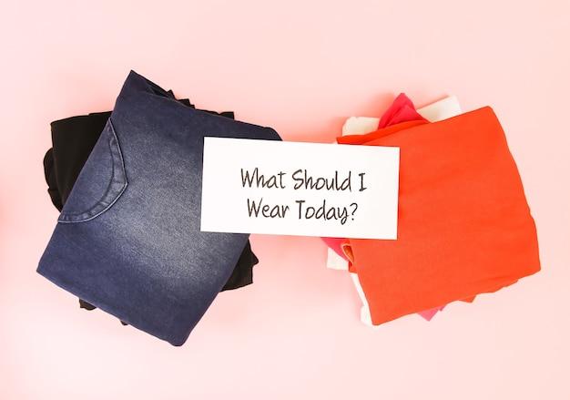 Kleidersortierung in der hausgarderobe für den täglichen gebrauch. was soll ich heute papiernotiz anziehen.