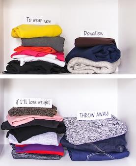 Kleidersortierung in der hausgarderobe zum tragen und entsorgen auf weißem regalhintergrund. jetzt zu tragen, wenn ich abnehmen werde, spenden und papiernotizen wegwerfen.