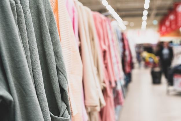 Kleidung auf einem schaufenster. handel, textilien. warenpräsentation in der halle.
