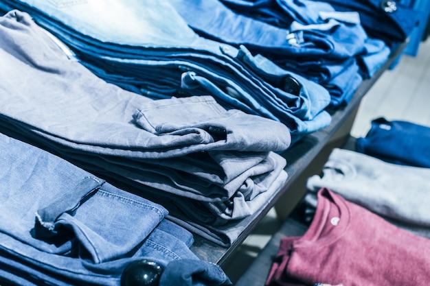 Kleidung auf kleiderbügel im geschäft