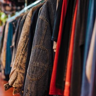 Kleidung auf kleiderbügel in der modernen ladenboutique