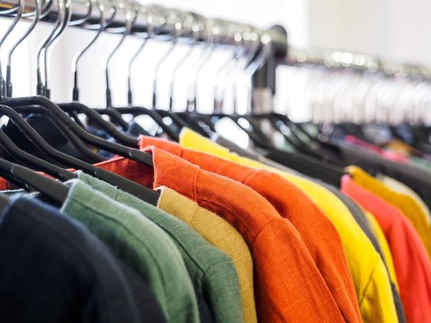 Kleidung auf kleiderbügeln im laden