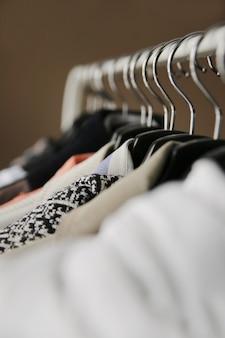 Kleidung auf kleiderbügeln