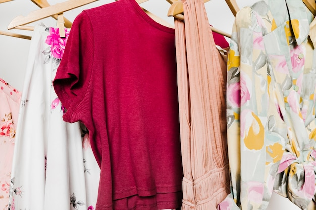 Kleidung auf kleiderbügelnahaufnahme
