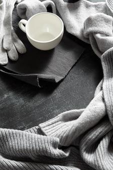 Kleidung aus strick und tasse getränk