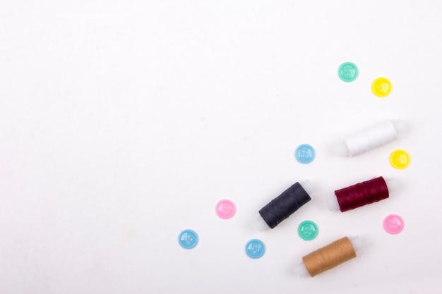 Kleidung designer schreibtisch muster schere faden textil auf weißem hintergrund von oben nach unten