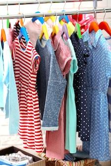 Kleidung für kinder auf kleiderbügeln