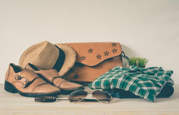 Kleidung für männer auf dem bretterboden
