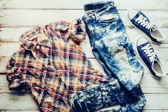 Kleidung für Frauen, auf einem Holzboden platziert.