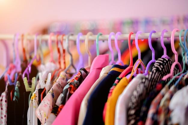 Kleidung hängt an kleiderbügeln in der umkleidekabine