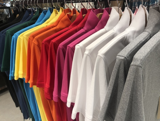 Kleidung hängt an kleiderbügeln