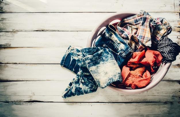 Kleidung im korb, der wartet, um sich zu waschen.