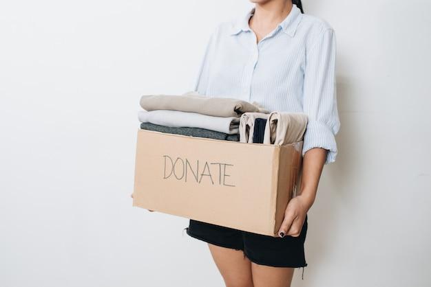 Kleidung in box für konzeptspenden und wiederverwendung recyceln