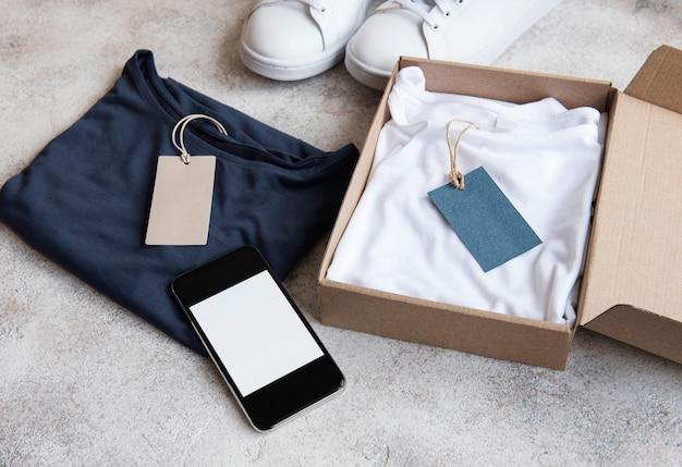 Kleidung in einem offenen karton