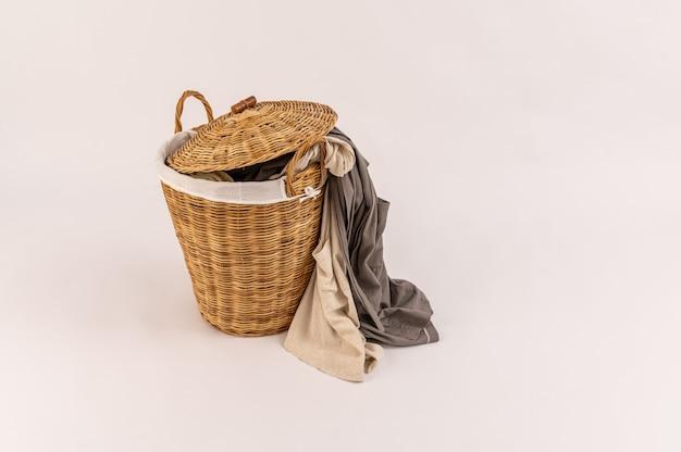 Kleidung in einem wäschekorb aus holz isoliert