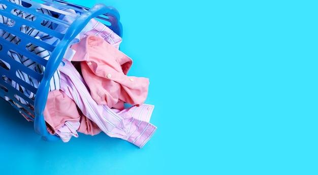 Kleidung in einem wäschekorb.