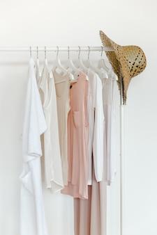Kleidung in trendfarben und accessoires