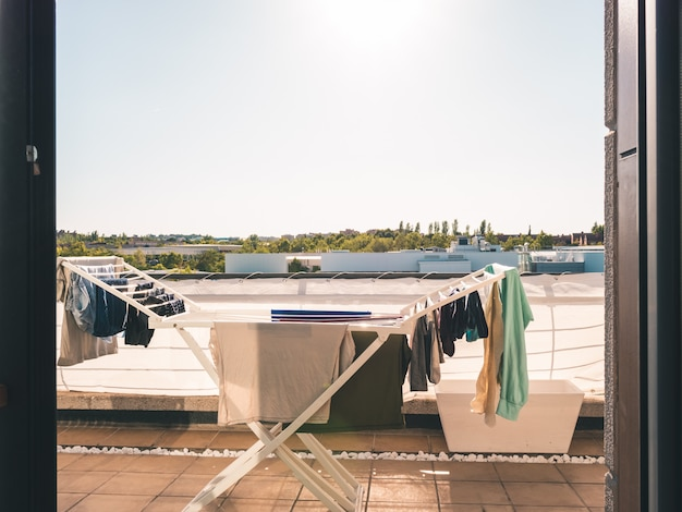 Kleidung liegt auf der terrasse eines lofts
