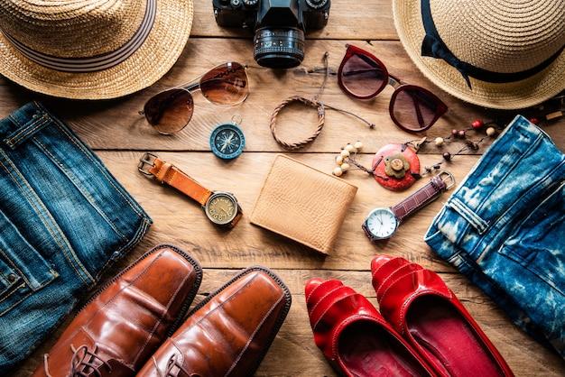 Kleidung und accessoires für männer und frauen bereit für die reise - lebensstil