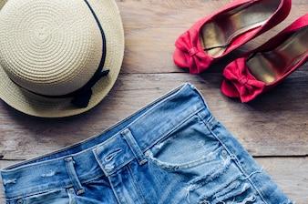 Kleidung und Accessoires für Frauen auf Holzboden
