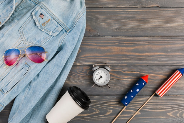 Kleidung und feuerwerk im amerikanischen stil