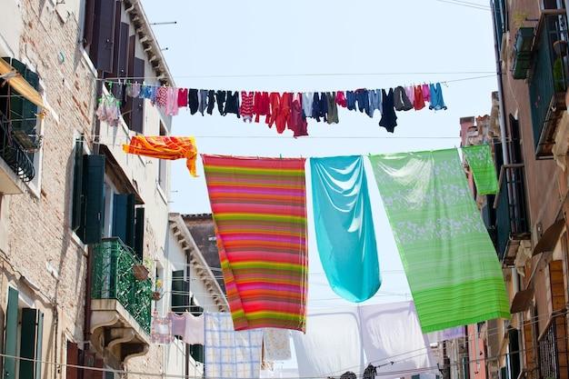 Kleidung zum trocknen an einer wäscheleine hängen.