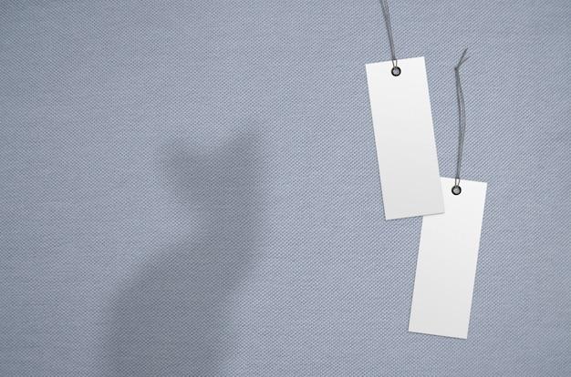 Kleidungsaufklebermarke auf tuchhintergrund. branding-template-modell