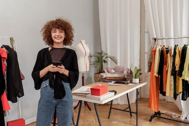 Kleidungsdesigner, der im geschäft arbeitet
