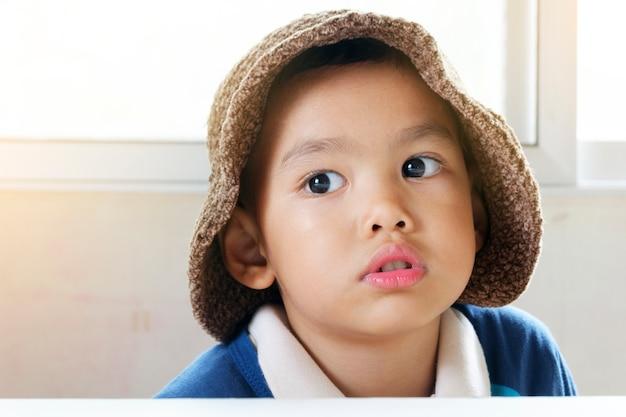 Kleine asiatische junge genießen reise, glückliches kind reise-und abenteuer-konzept
