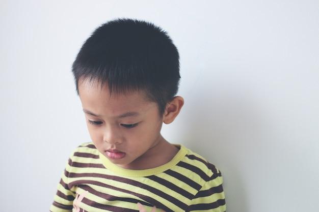 Kleine asiatische kinder, die eine digitale tablette im bett verwenden