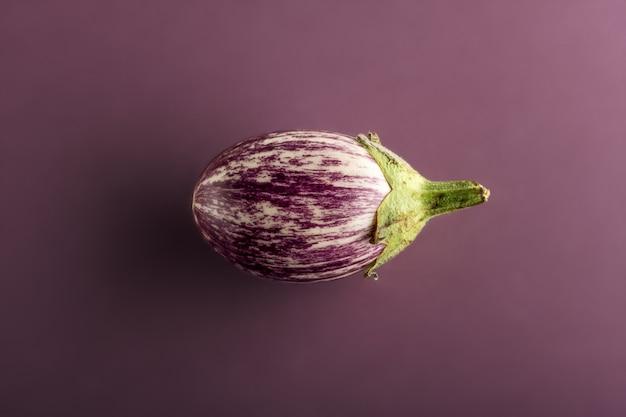 Kleine aubergine oder aubergine auf violettem hintergrund